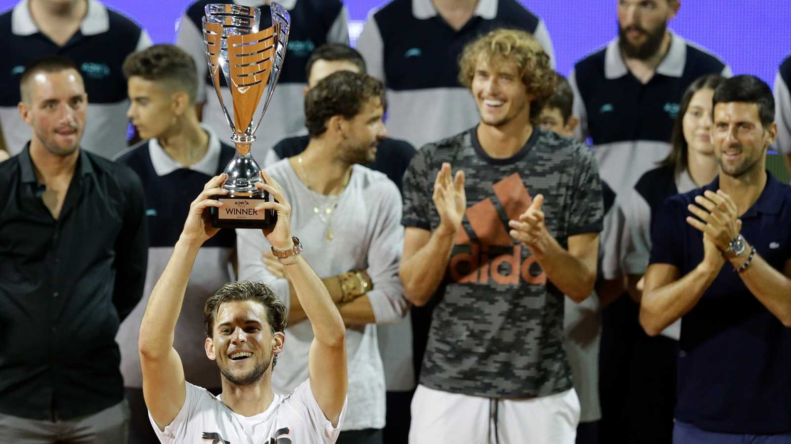 El tenist Dominic Thiem posa con el trofeo tras ganar el torneo benéfico organizado por Djokovic
