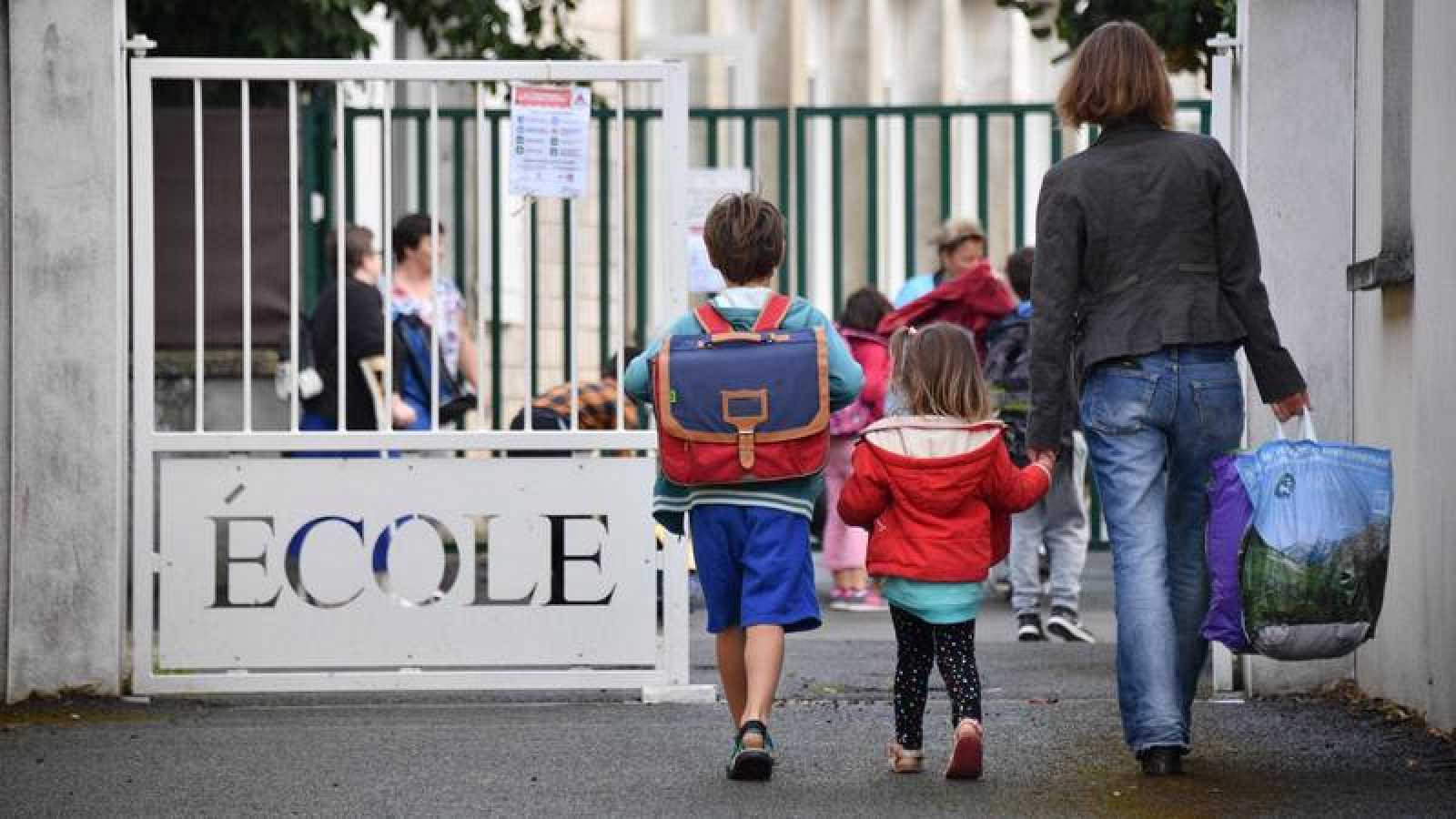 Una madre lleva a sus hijos al colegio (Archivo)