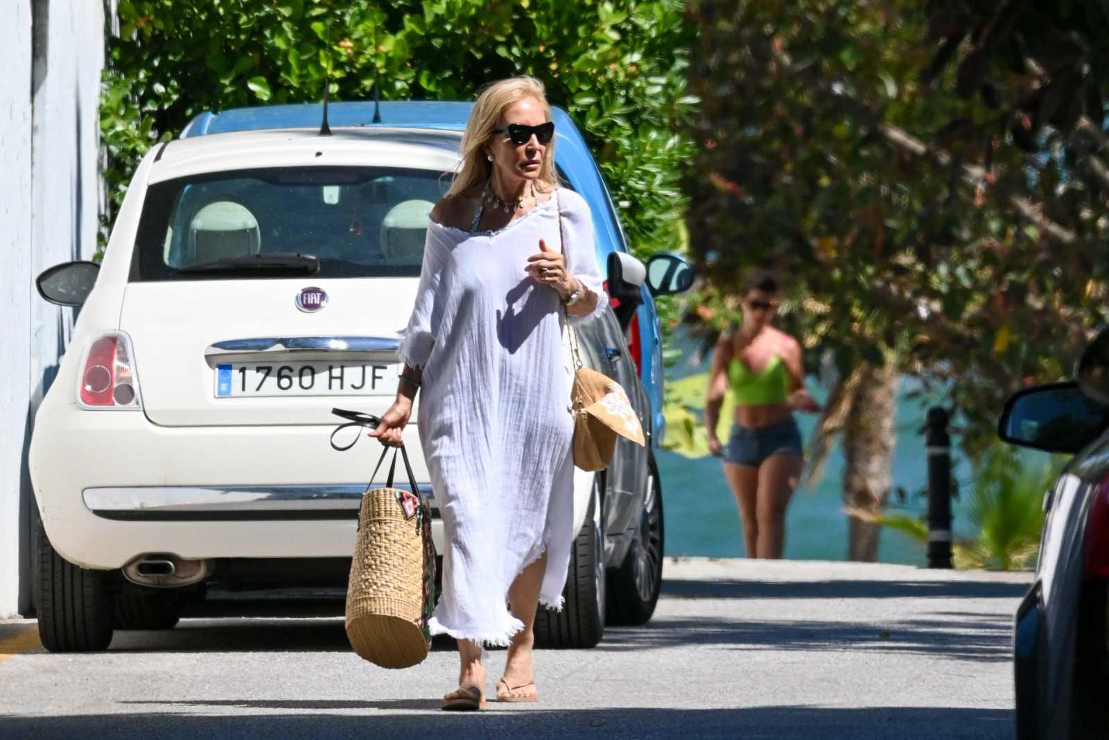 Carmen Lomana por las calles de Marbella durante la cuarentena por coronavirus