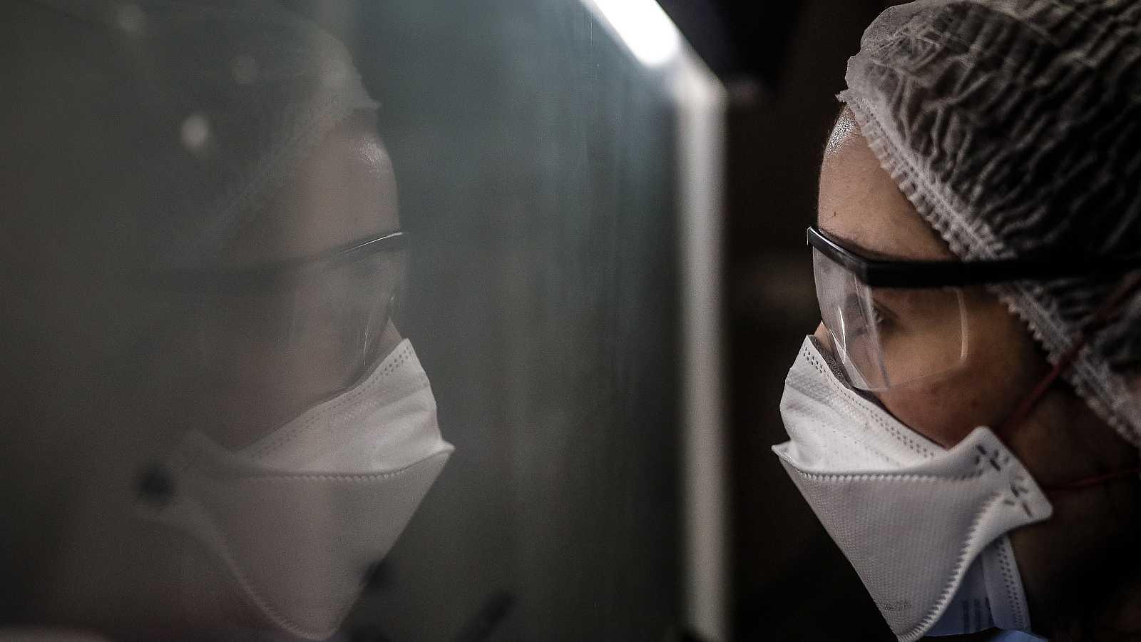 El personal sanitario está siendo uno de los colectivos más expuestos al coronavirus durante la pandemia.