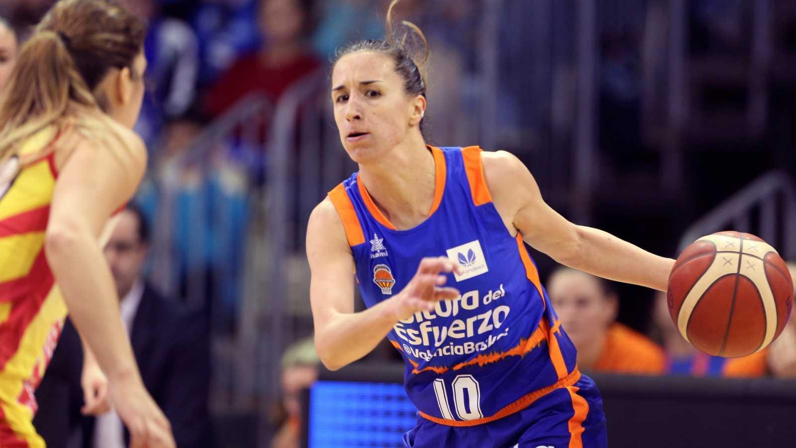 La jugadora Queralt Casas (d) del Valencia Basket, defiende la posesión en el partido ante el Spar Citylift Girona,