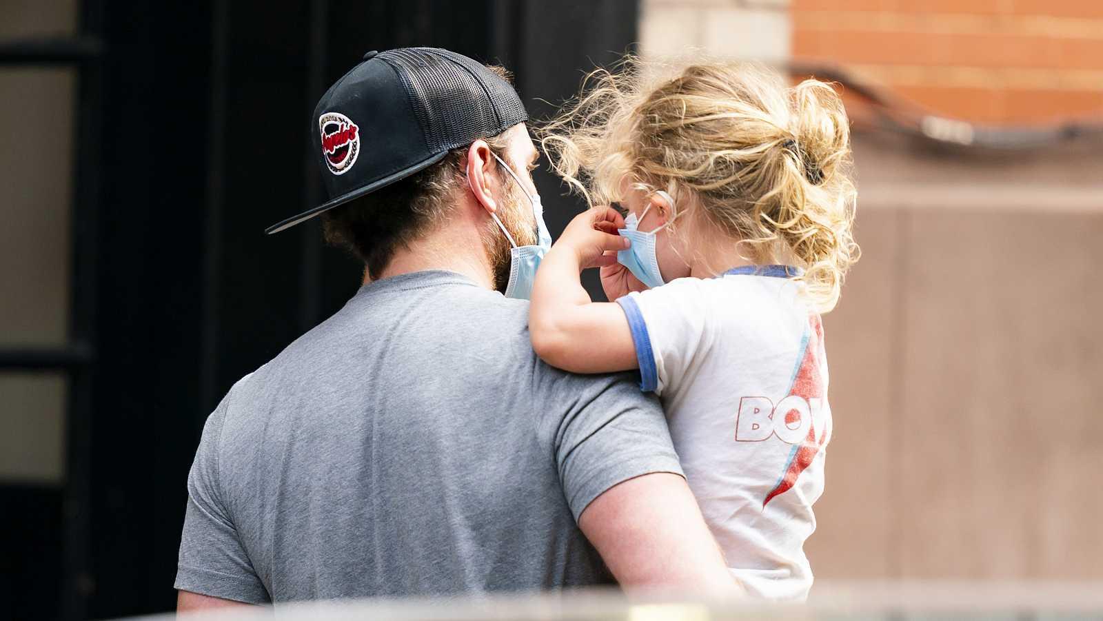 Bradley Cooper y su hija Lea yendo al supermercado en Nueva York