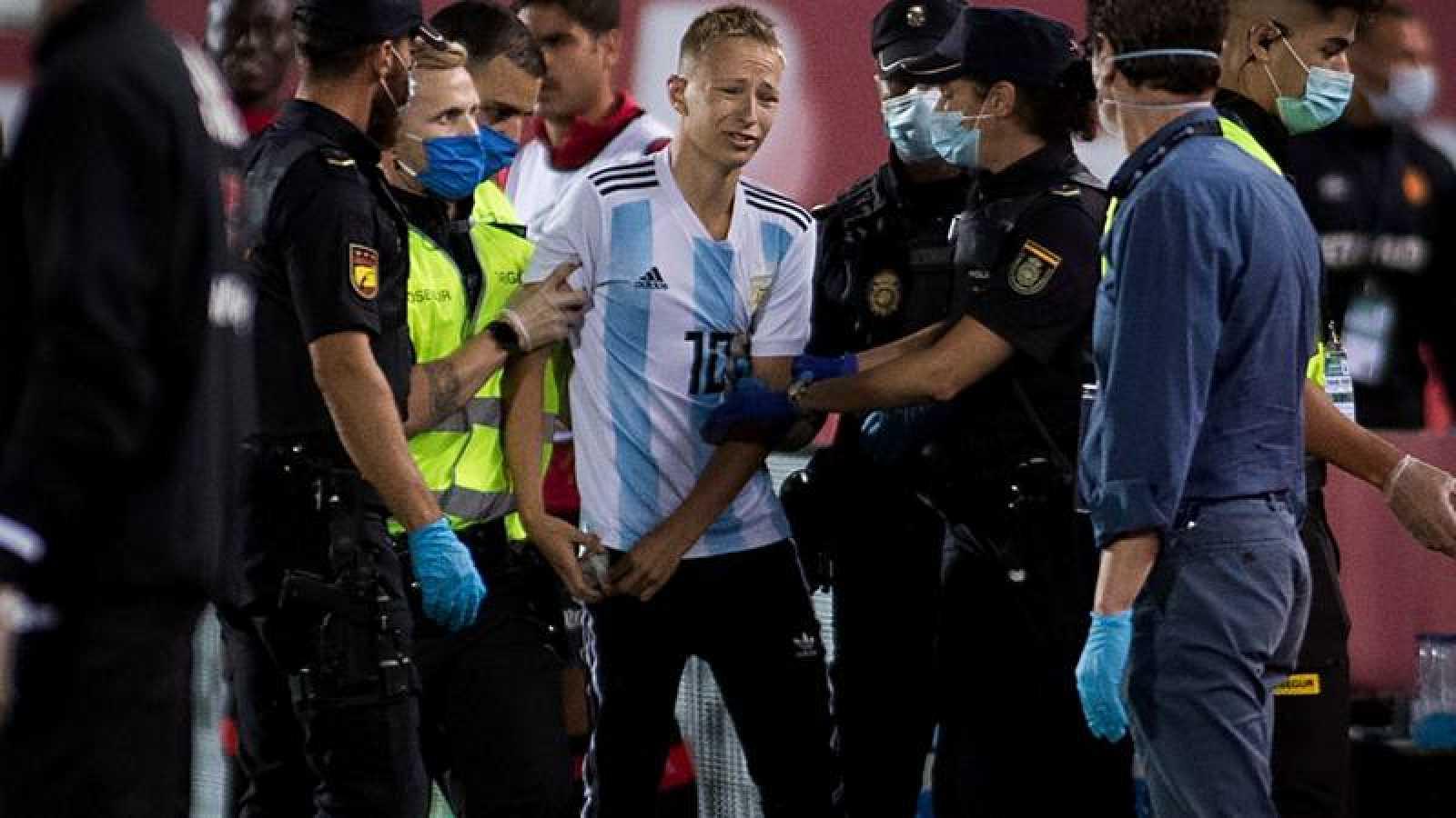 Momento de la detención del joven espontáneo del Mallorca - Barça.
