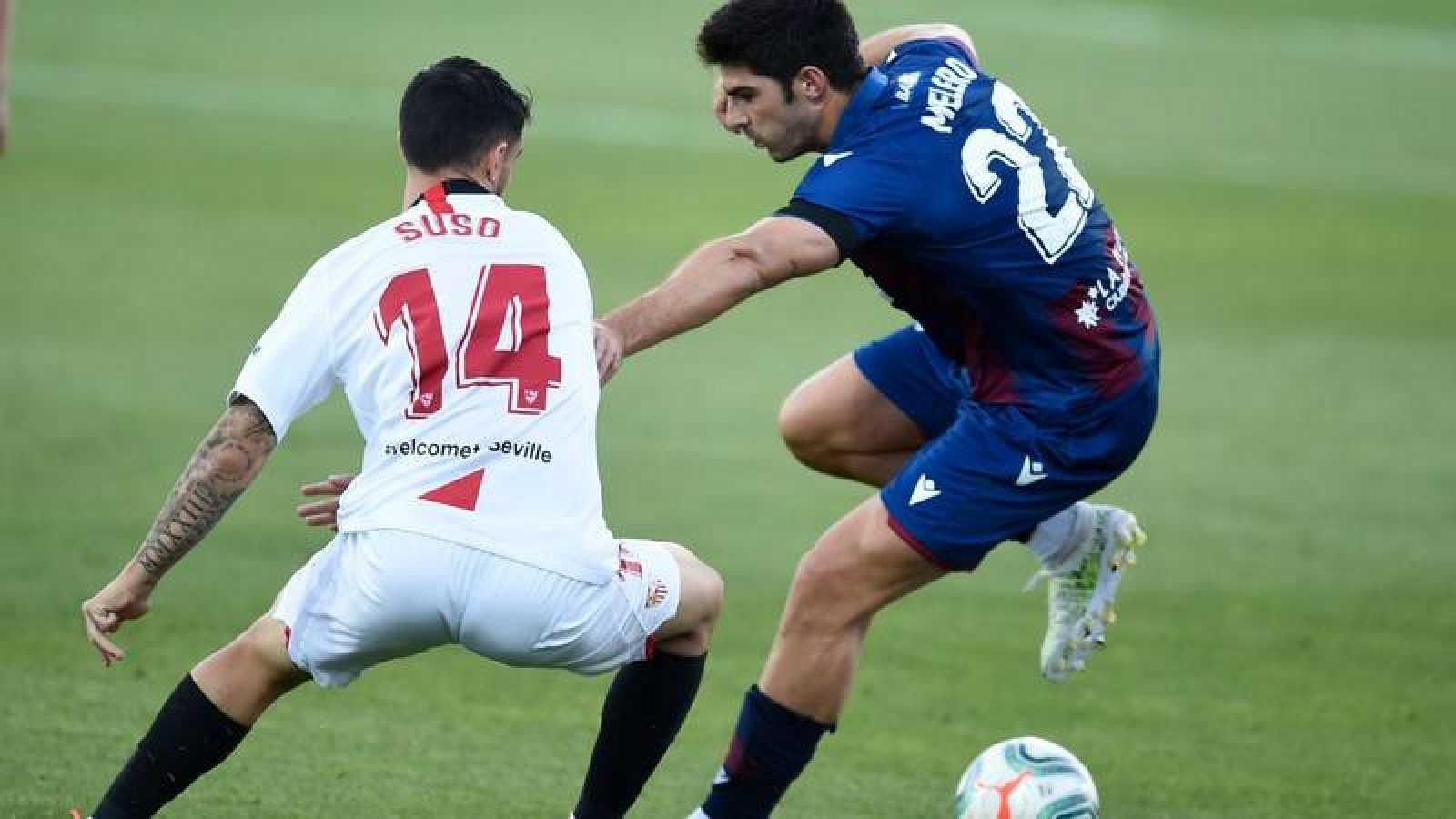 Los jugdores del Sevilla y Levante Suso y Melero durante el partido disputado en La Nucía.