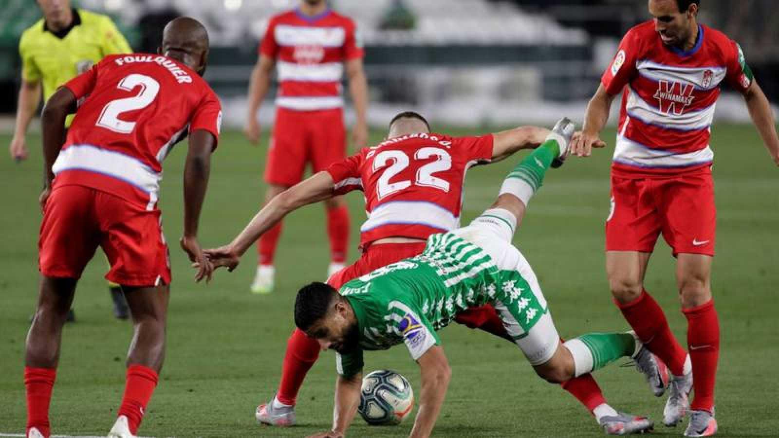 El centrocampista francés del Real Betis, Nabil Fekir, cae ante el defensa portugués del Granada, Domingos Duarte.