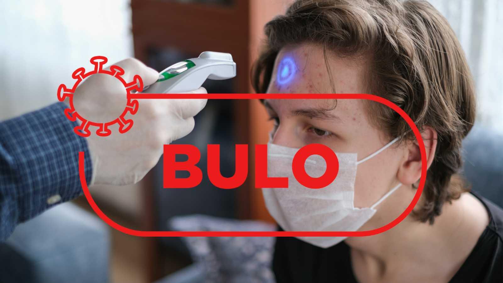 Toma de temperatura con una pistola de rayos infrarrojos bajo el sello con la palabra bulo.