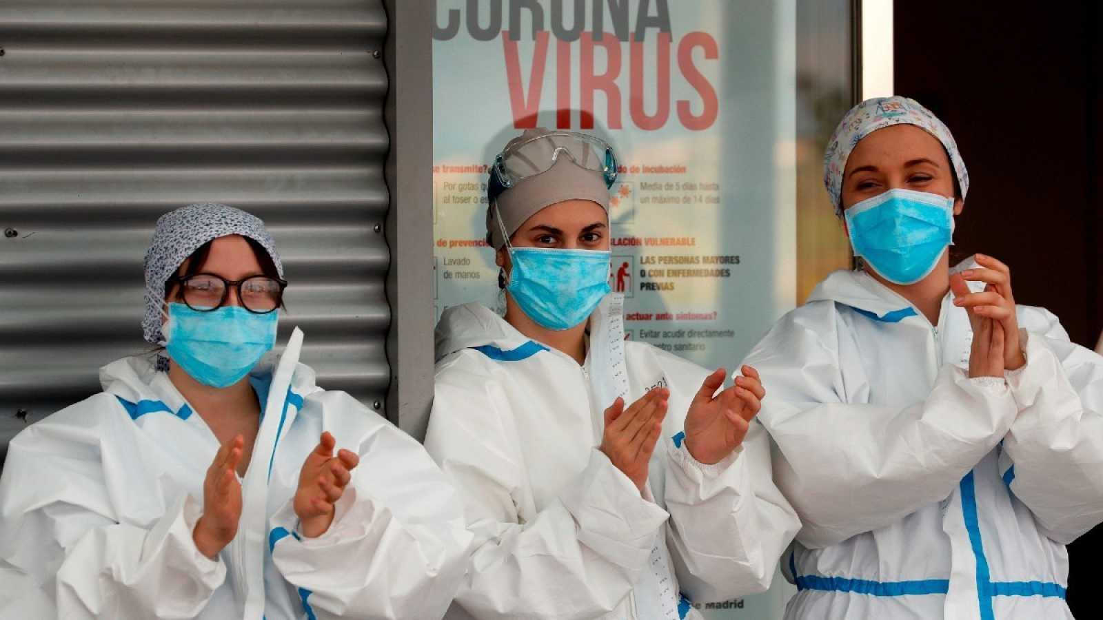 Tres trabajadoras sanitarias agradecen los aplausos de los vecinos