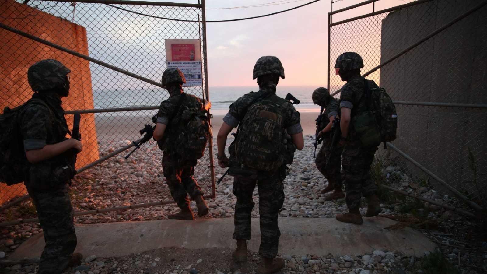 """Marines surcoreanos bloquean la entrada a una playa en la isla de Yeonpyeong, controlada por Corea del Sur, cerca de la """"línea límite del norte"""", tras el ataque a la oficina de enlace intercoreana"""