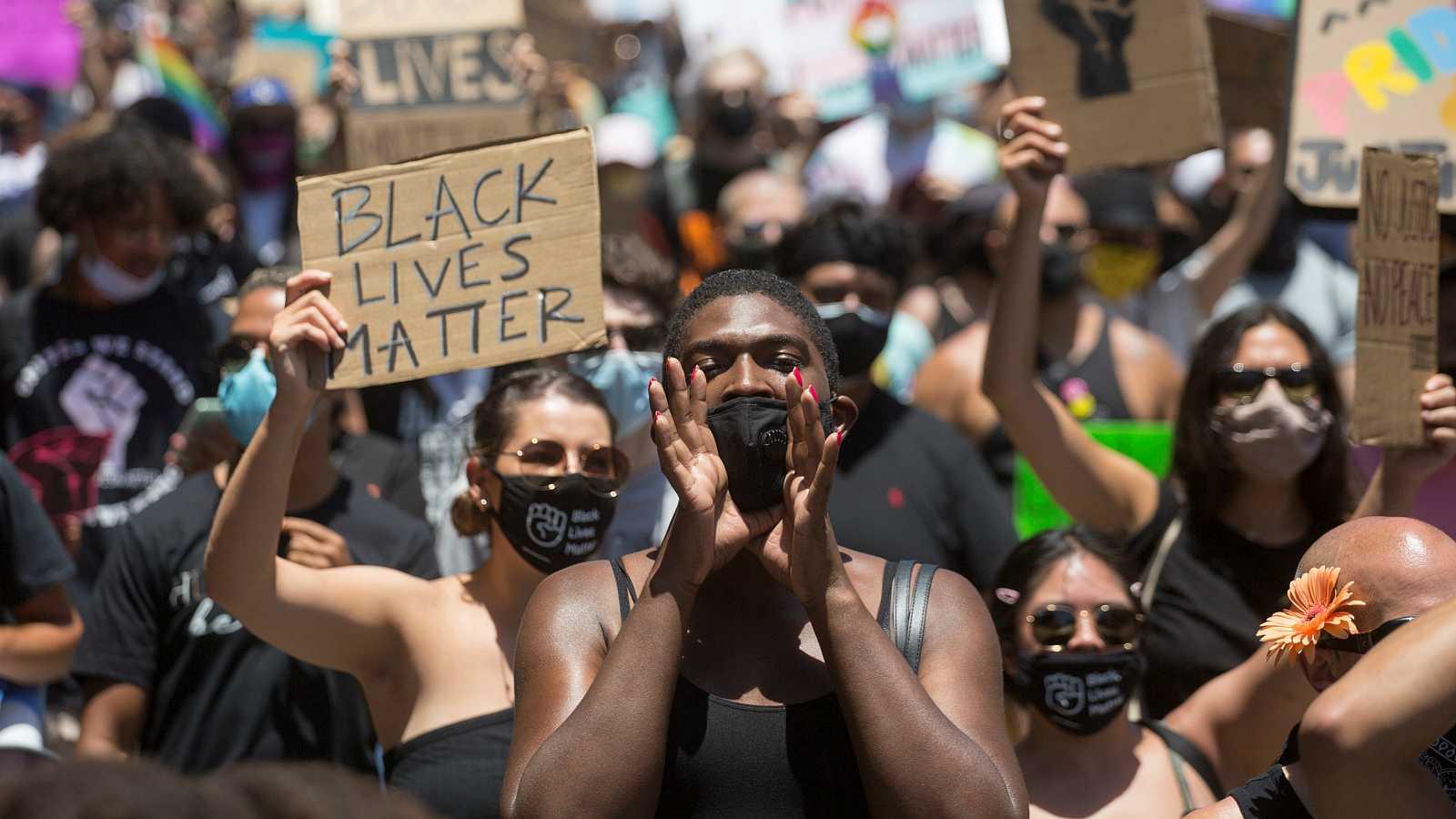 Participantes en la marcha 'All Black Lives Matter' organizada por Black LGBTQ+ en Hollywood, Los Angeles.