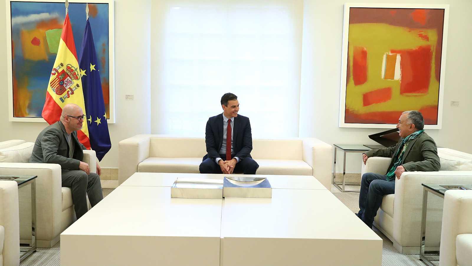 Pedro Sánchez junto a los líderes de UGT y CC.OO. en una imagen de archivo