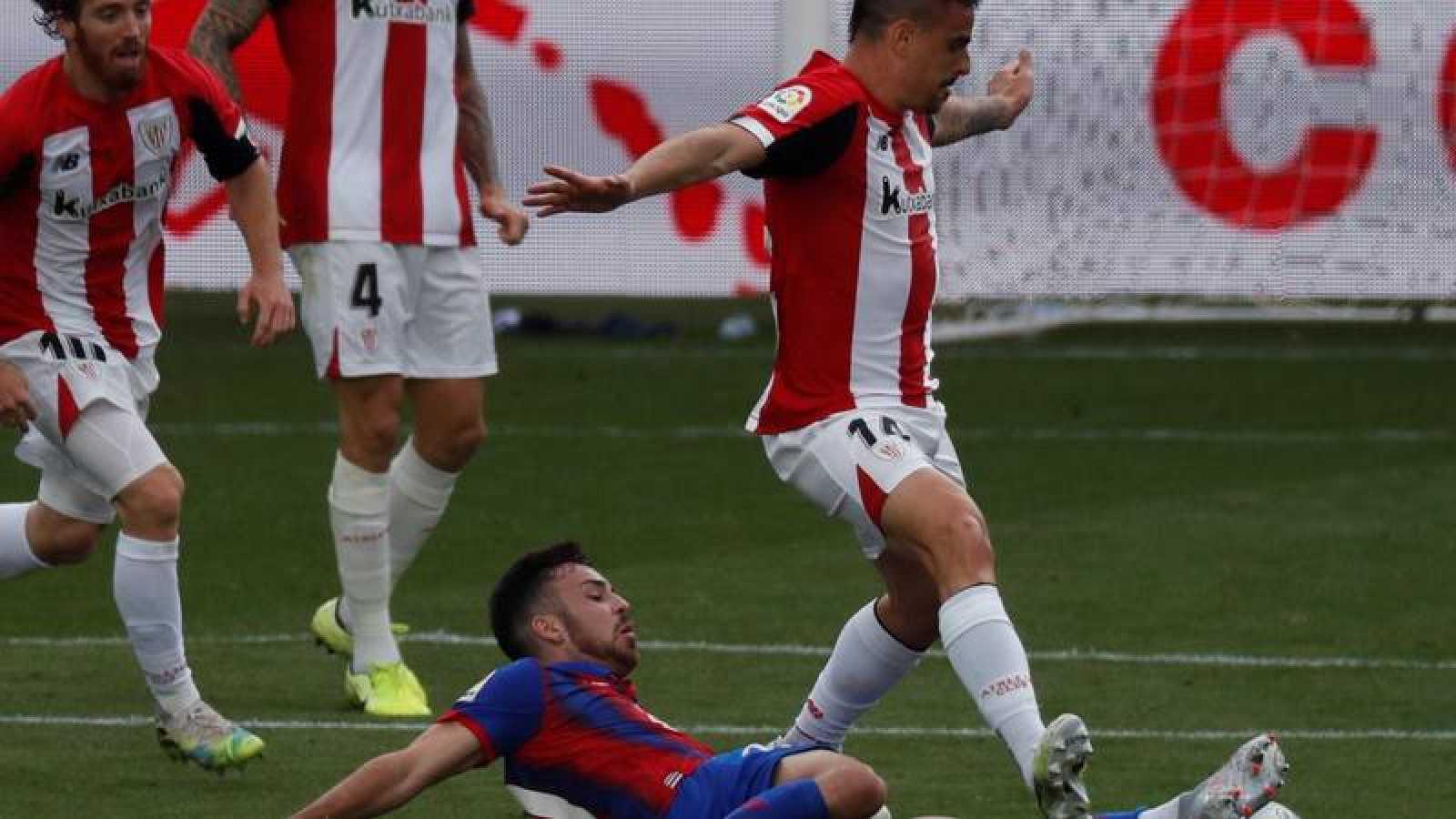 El defensa del Athletic Club, Ander Capa (d), disputa un balón ante Edu Expósito.