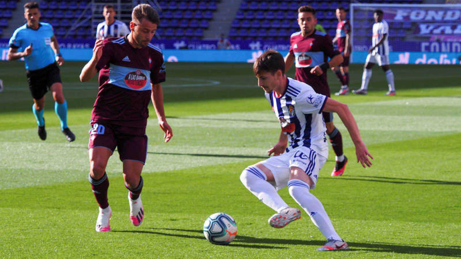 El centrocampista del Valladolid Toni Villa, con el balón ante el jugador del Celta Kevin Vázquez (i)