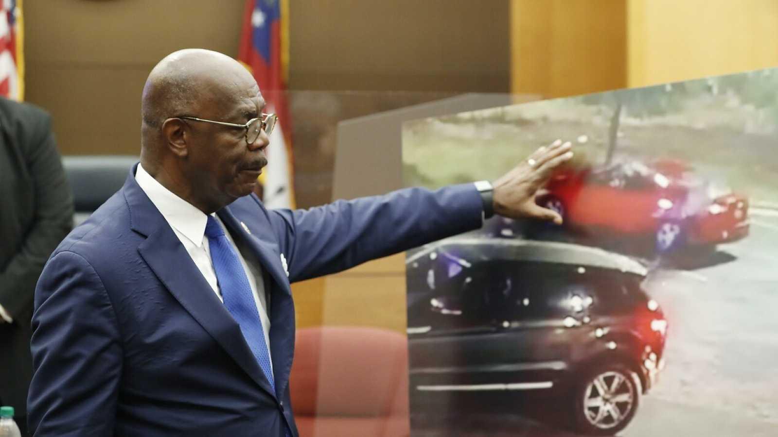 El fiscal Paul L. Howard señala un frame del vídeo del asesinato de Brooks