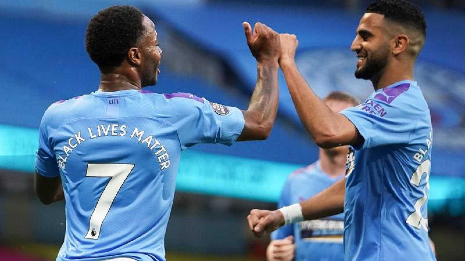 Sterling celebra con Mahrez su gol al Arsenal, el primero en la Premier tras el confinamiento.