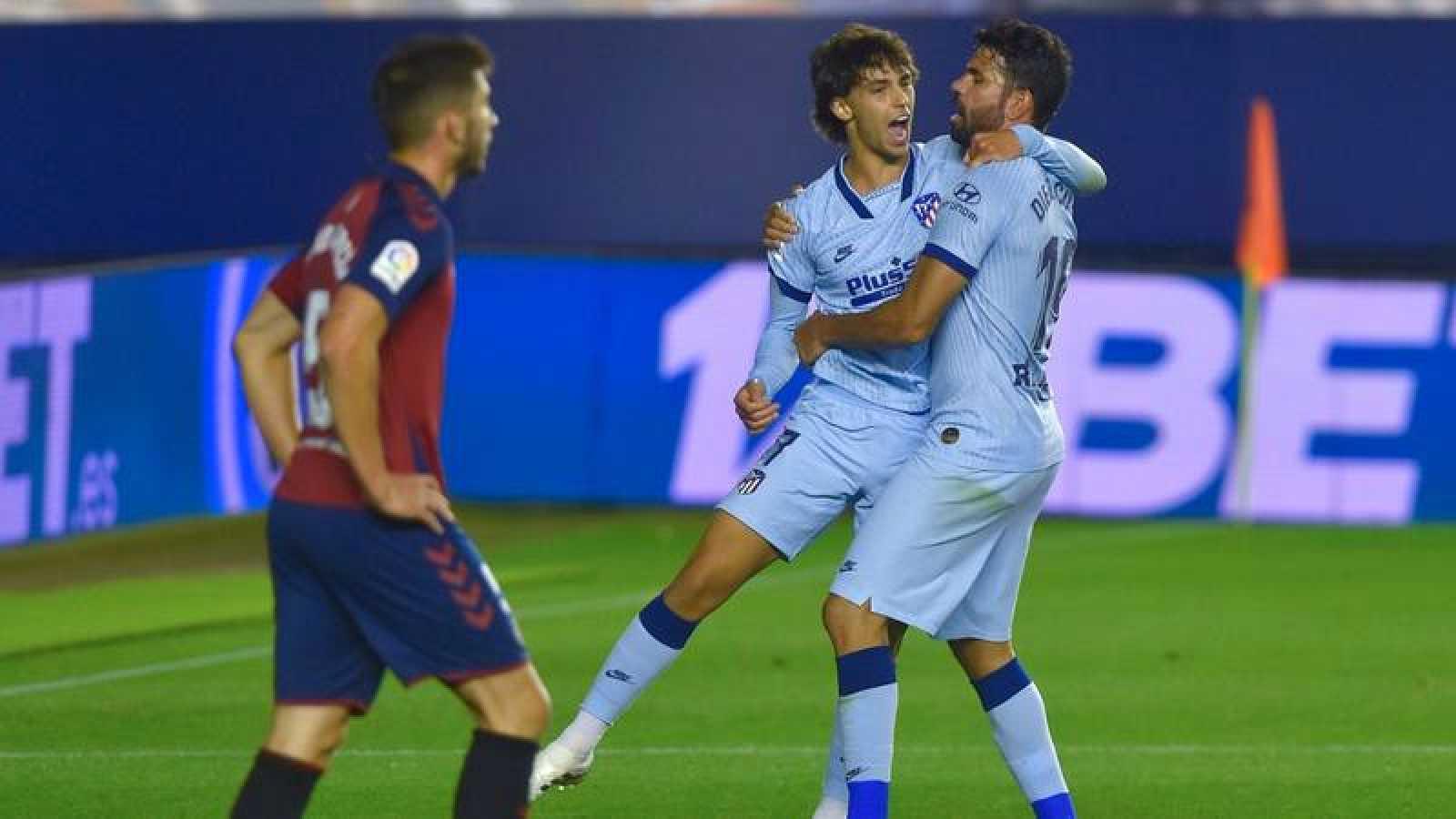 Diego Costa y Joao Félix celebran el primer gol del Atlético ante Osasuna en el Sadar.