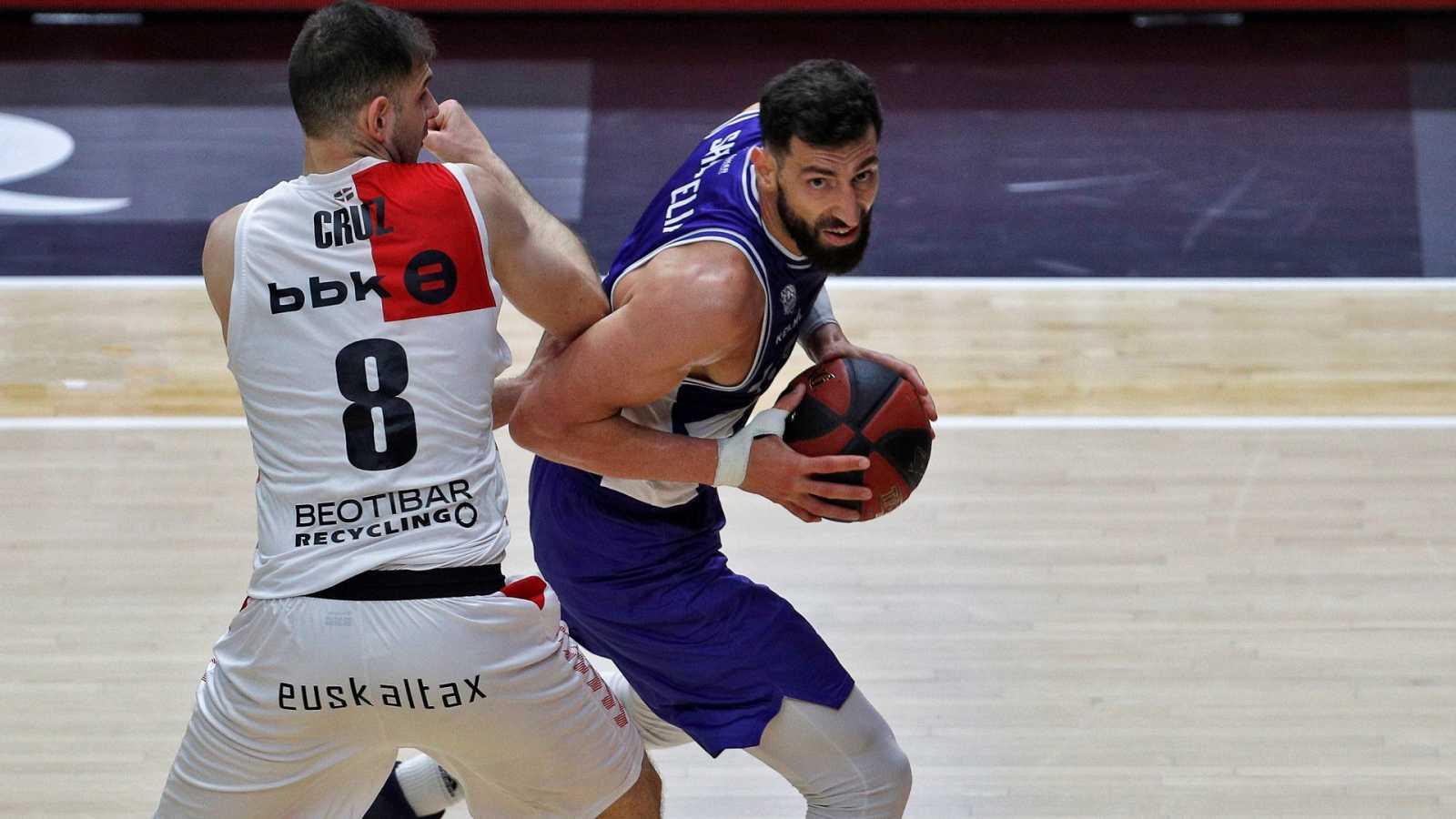 El ala pivot georgiano del Kirolbet Baskonia, Tornike Shengelia, junto al ala pivot del Retabet Bilbao Basket, Iván Cruz.