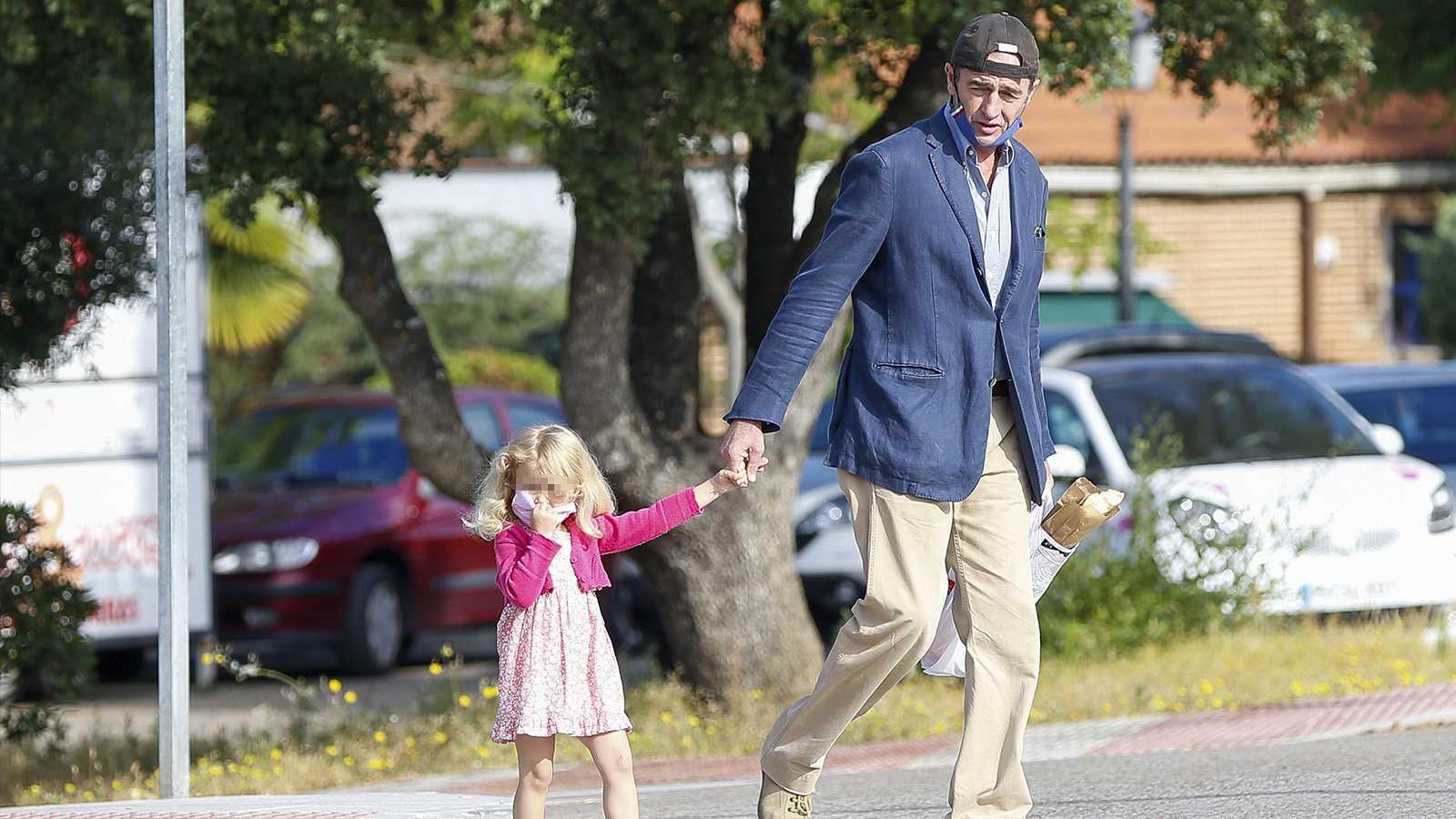 Alessandro Lequio de paseo junto a su hija, Ginevra