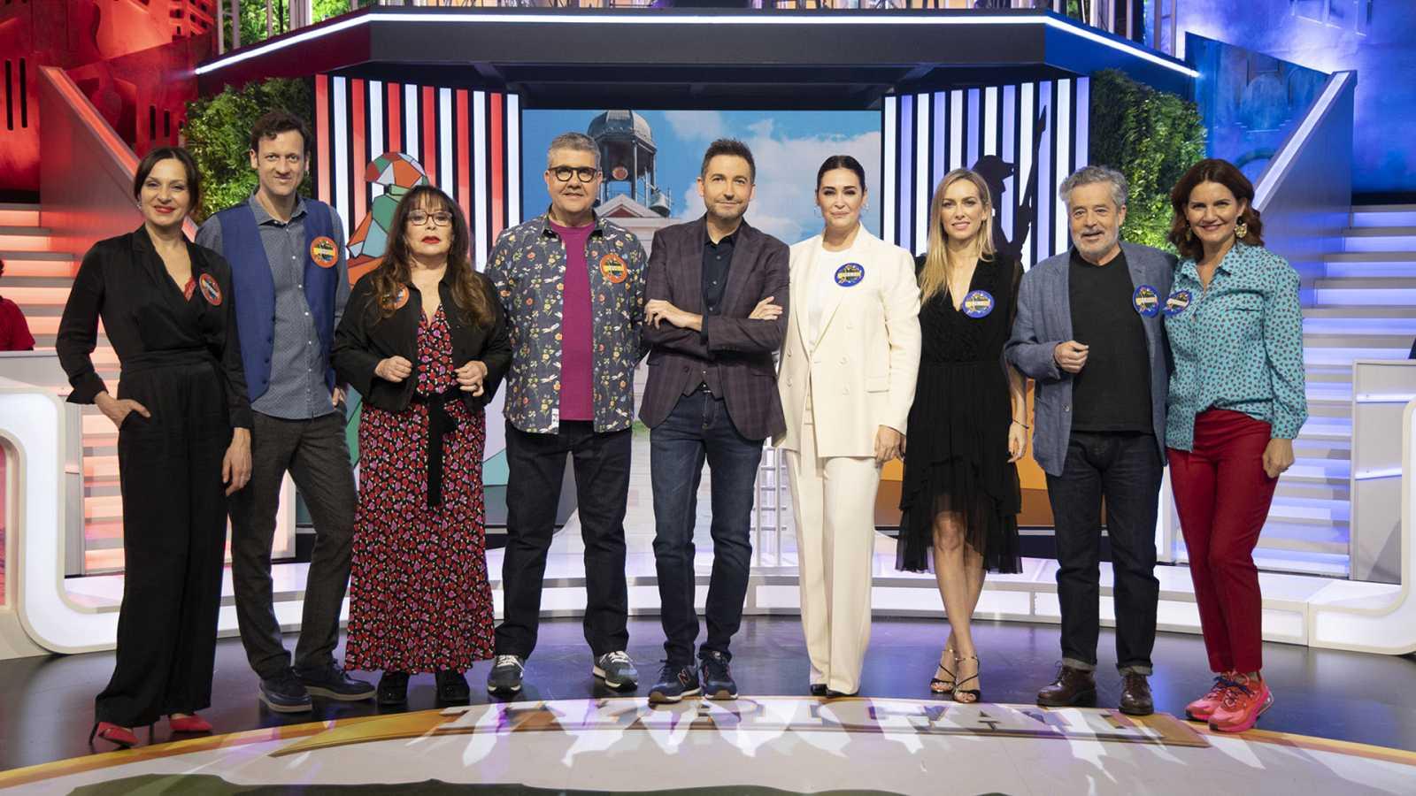Frank Blanco junto a los capitanes y los concursantes de 'Typical Spanish'