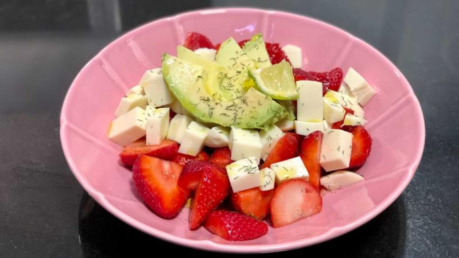 Ensalada de fresas, aguacate, mozzarella y eneldo