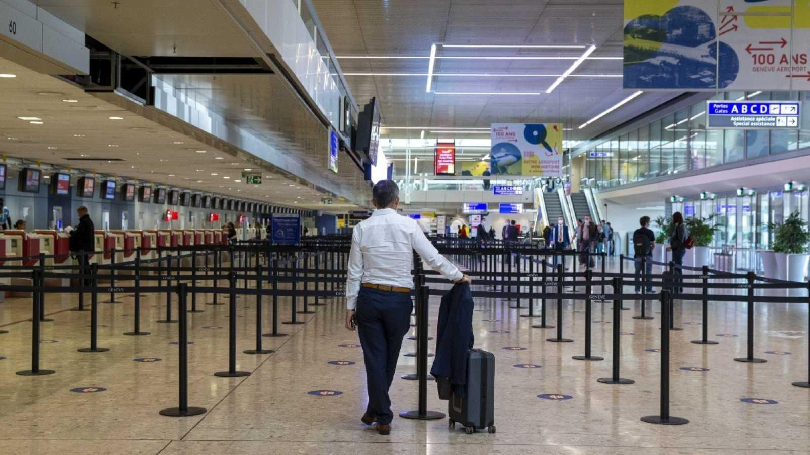 Un pasajero espera en el aeropuerto de Ginebra, Suiza