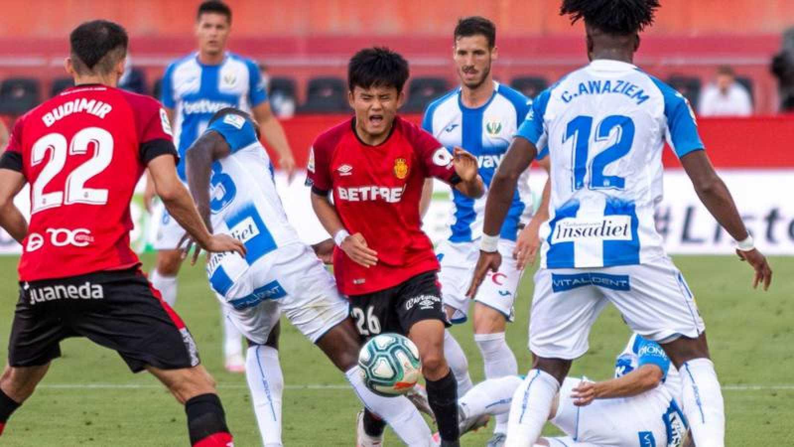 El centrocampista japonés del Real Mallorca, Takefusa Kubo busca abrirse camino entre los defensores del Leganés.