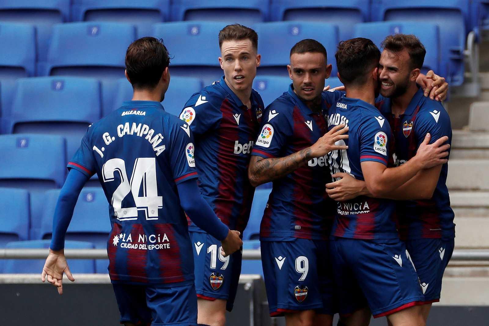 Borja Mayoral (d) celebra con sus compañeros tras marcar el 0-1 durante el encuentro perteneciente a la 30º jornada de la Liga Santander ante el RCD Espanyol.
