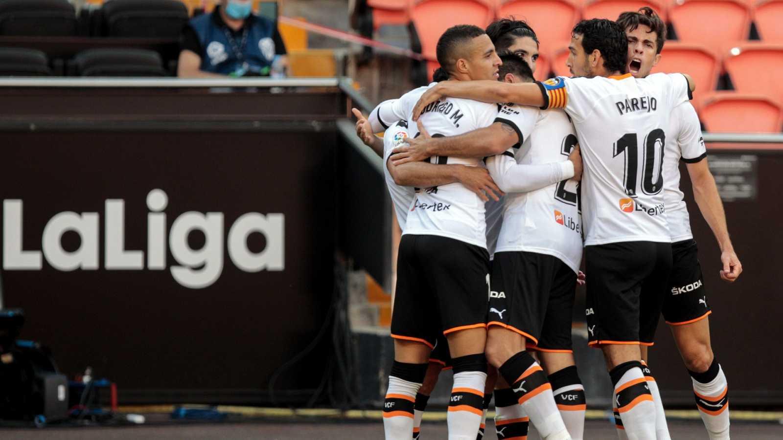 Los jugadores del Valencia celebran el segundo gol ante Osasuna, obra de Rodrigo.