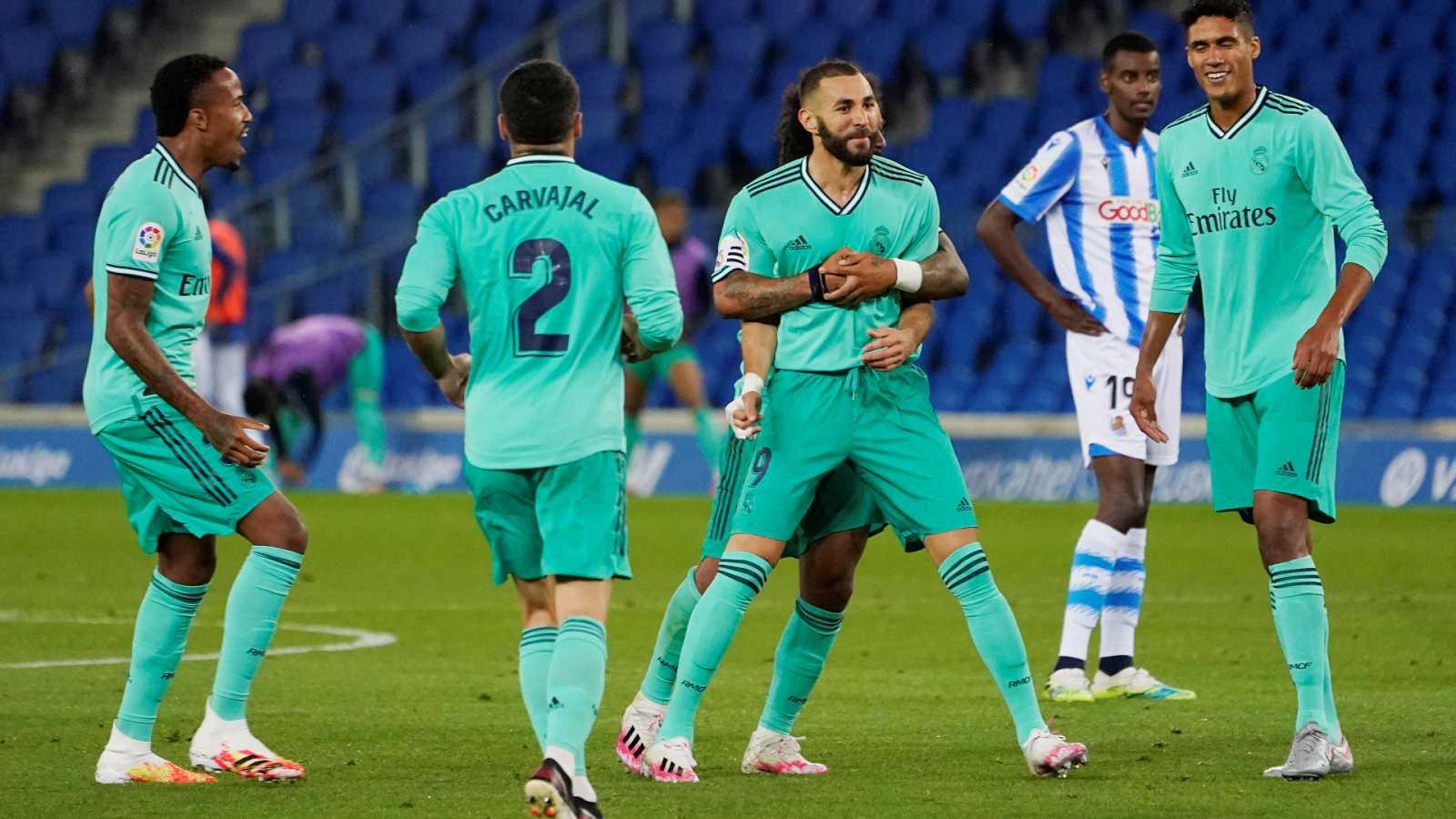 Karim Benzema es felicitado por sus compañeros tras la consecución del segundo gol del Real Madrid en Anoeta.