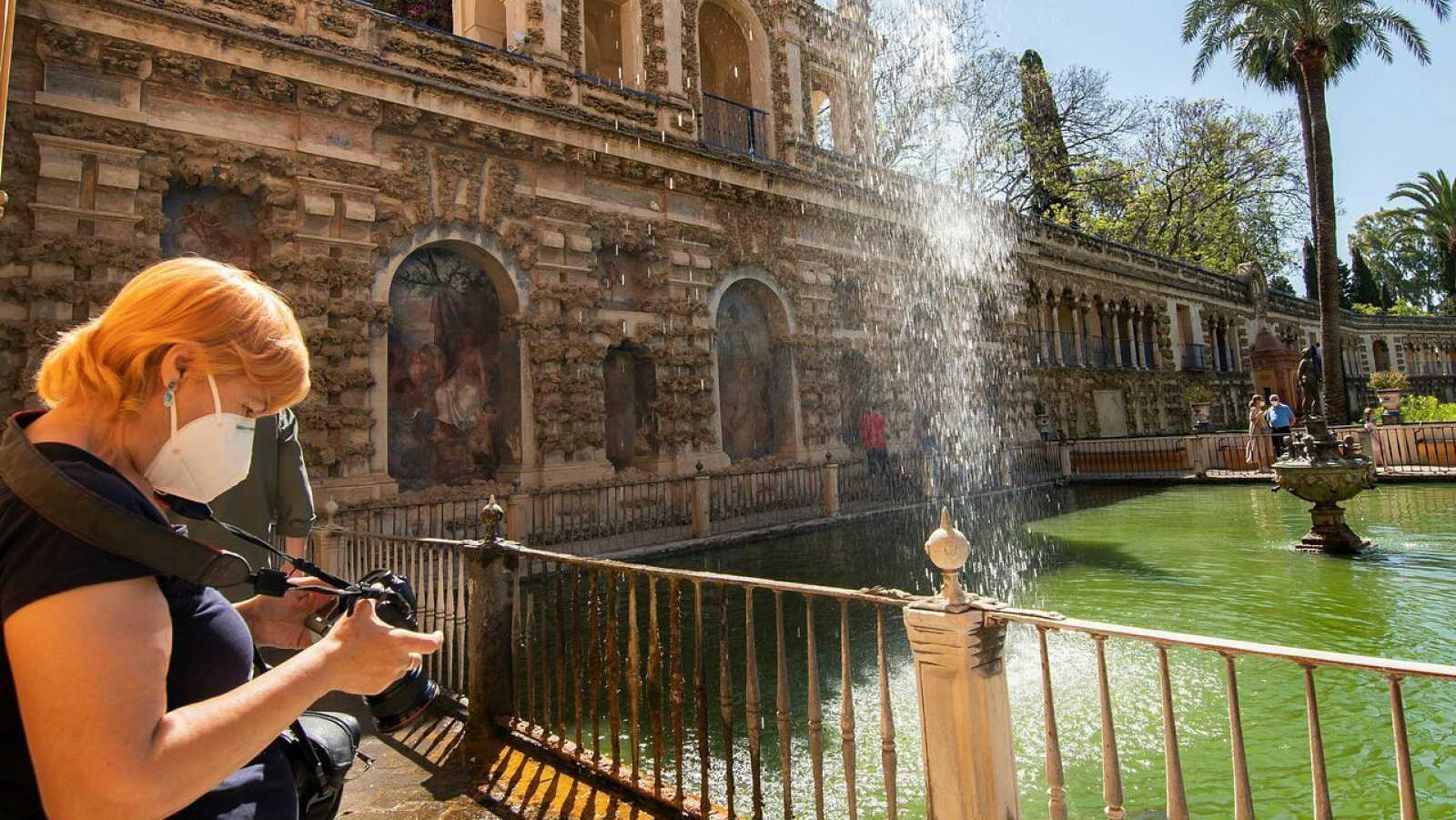 Los primeros turistas durante su visita al Real Alcázar de Sevilla.