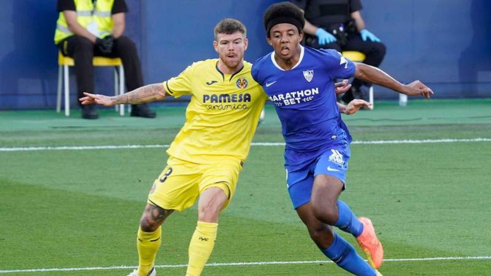 Alberto Moreno y Jules Kounde en un instante del encuentro entre Villarreal y Sevilla.