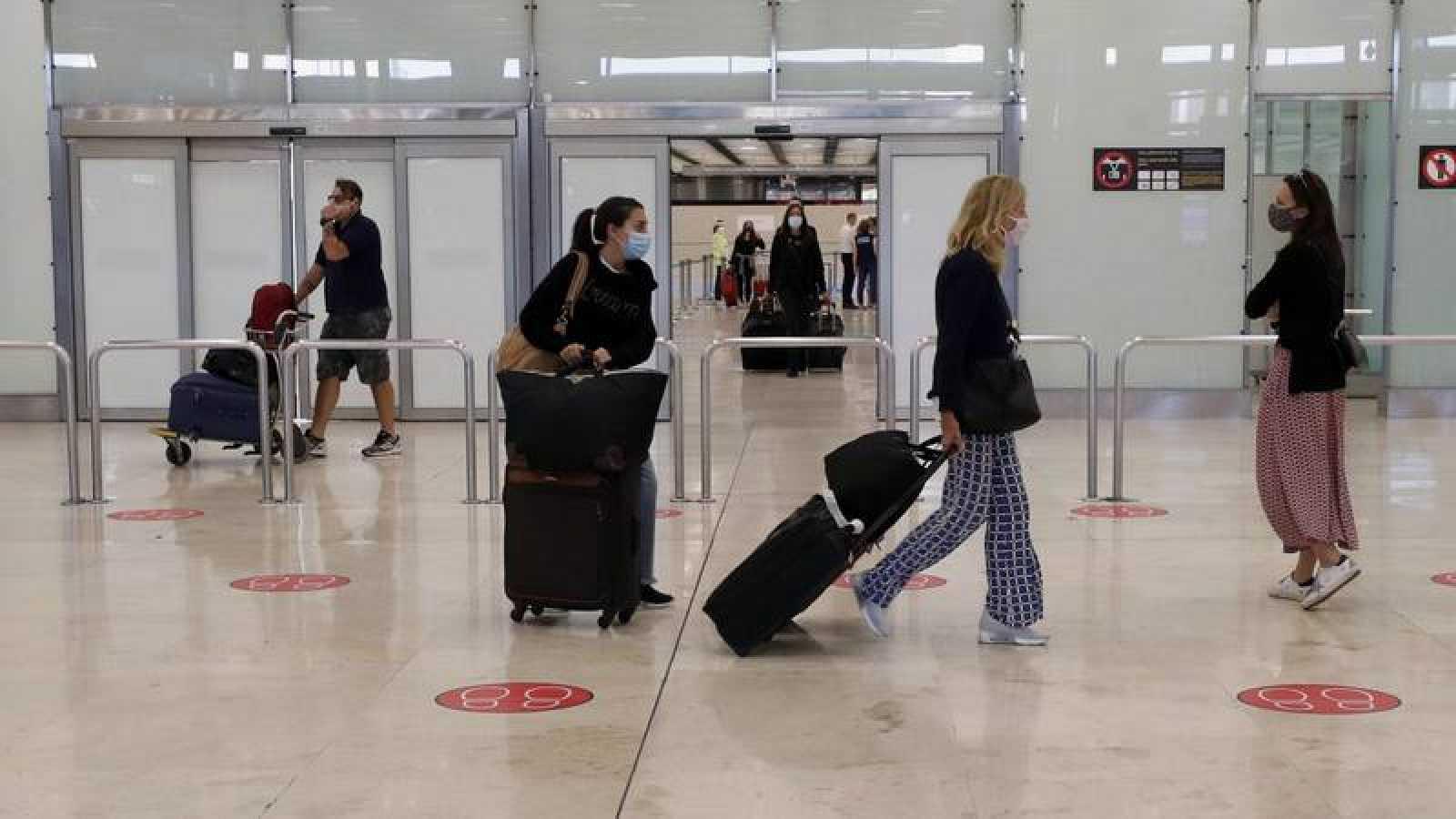 Viajeros en la terminal de llegadas de Barajas