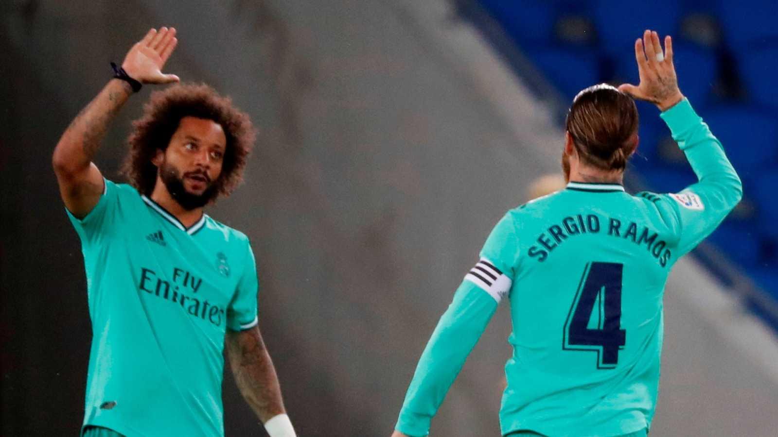 El defensa del Real Madrid Sergio Ramos (d) celebra con Marcelo tras marcar ante la Real Sociedad