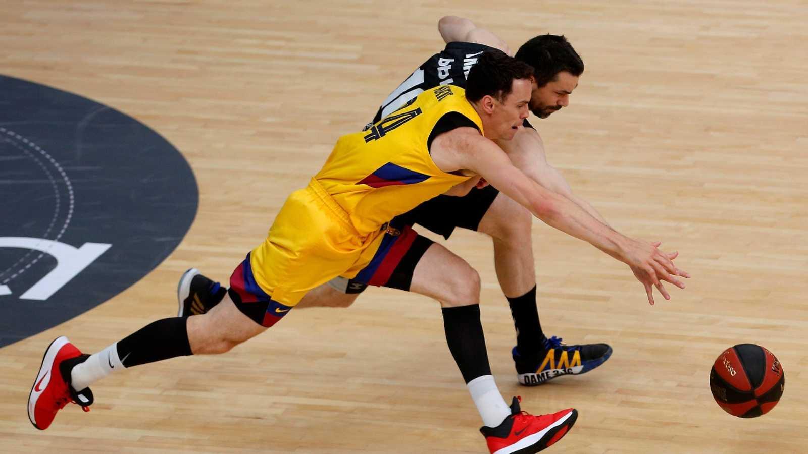 El escolta eslovaco del Barcelona Kyle Kuric (i) defiende una posesión con Rafa Martínez del Bilbao Basket
