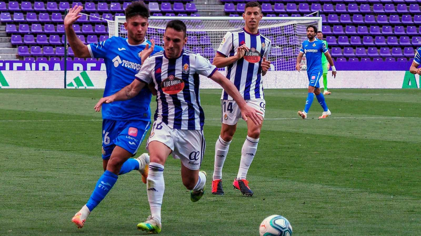 El centrocampista del Valladolid Fede San Emeterio (2i) pelea un balón con el delantero del Getafe Hugo Duro