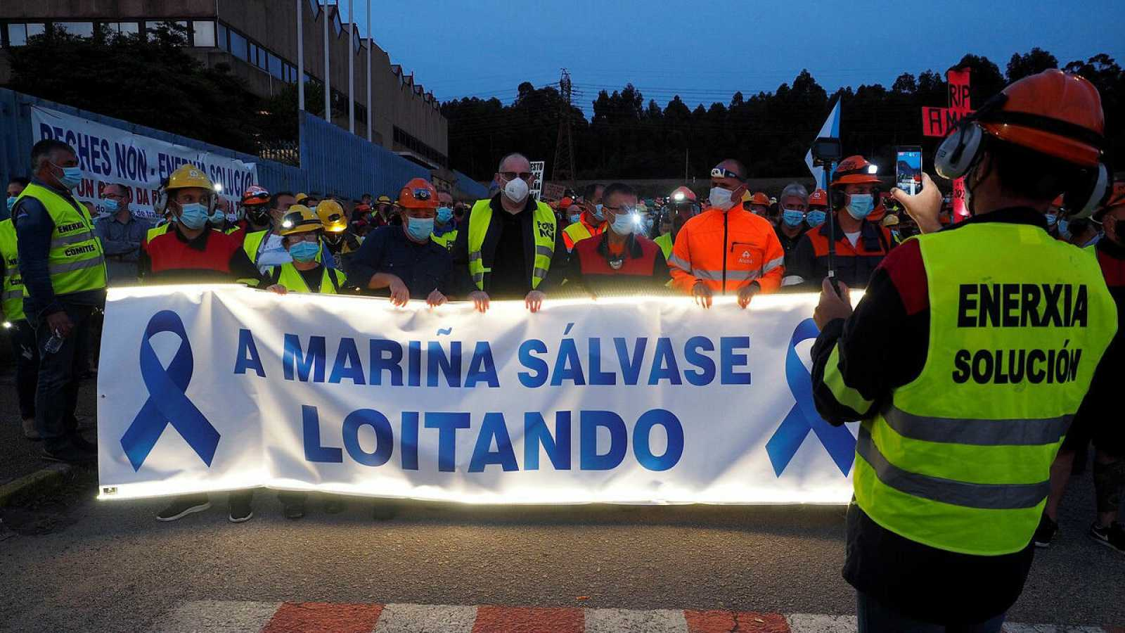 Los trabajadores de Alcoa en la planta de San Cibrao (Lugo), la única que fabrica aluminio primario en España, realizan una caminata nocturna en modo de protesta contra la decisión de la multinacional americana de activar el despido de 534 empleados.