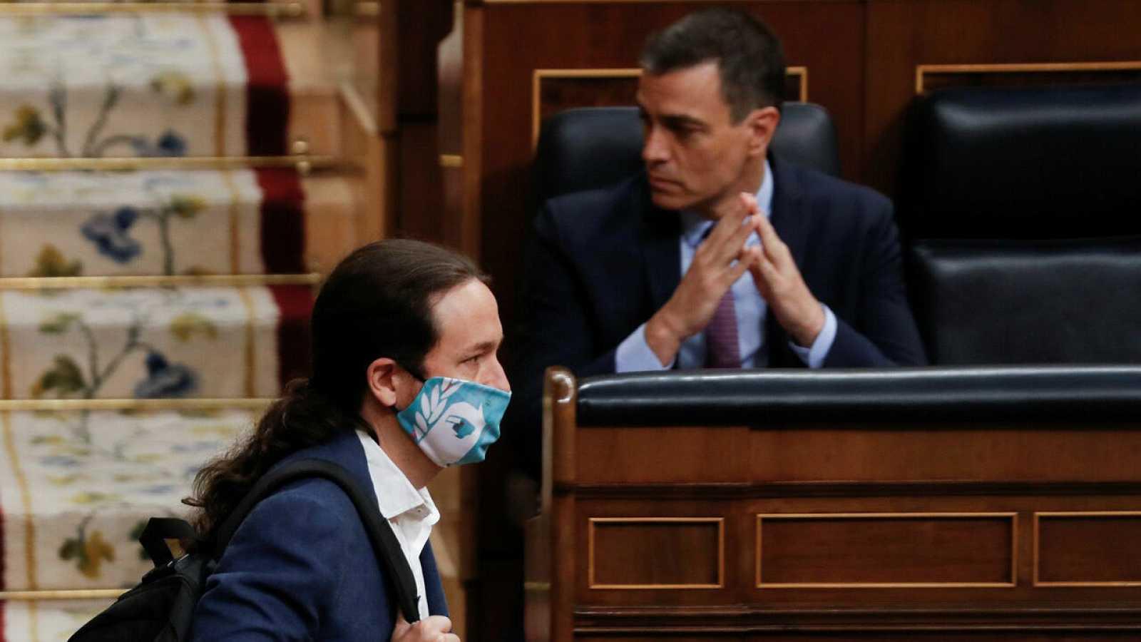 El vicepresidente segundo del Gobierno, Pablo Iglesias, pasa ante el presidente del mismo, Pedro Sánchez, durante su intervención en la primera sesión de control al Ejecutivo en el Congreso.