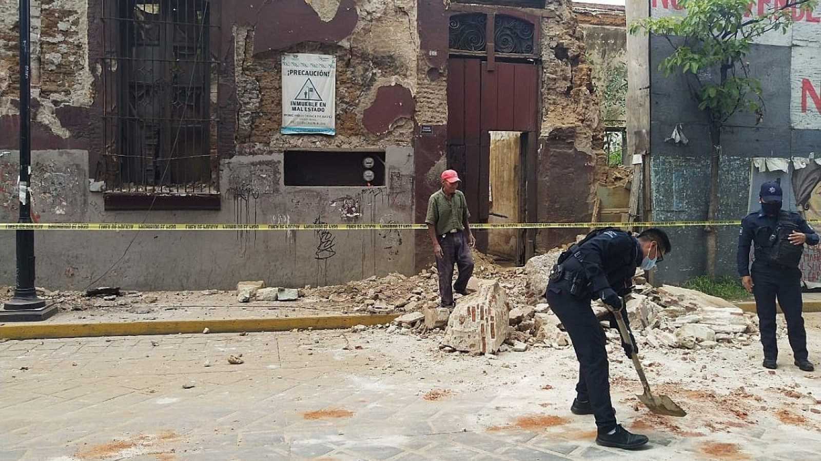 Policías y miembros de Protección Civil recogen escombros en la ciudad de Oaxaca (México)