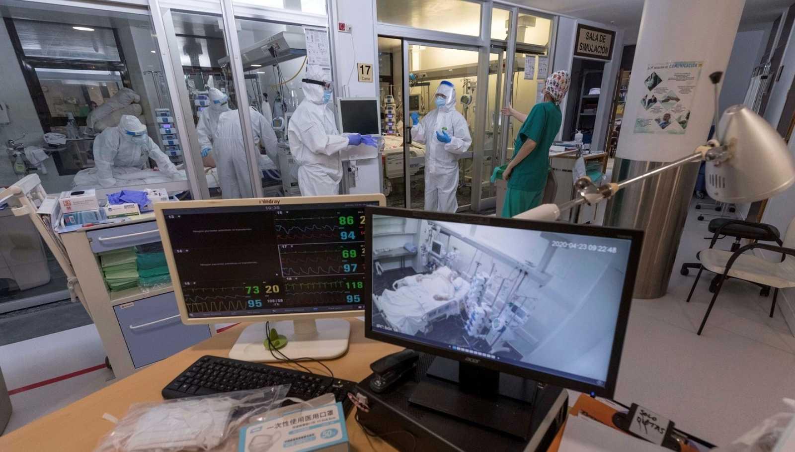 Enfermeras de la UCI del Hospital Morales Meseguer de Murcia, atienden a un paciente infectado con Covid-19 en abril