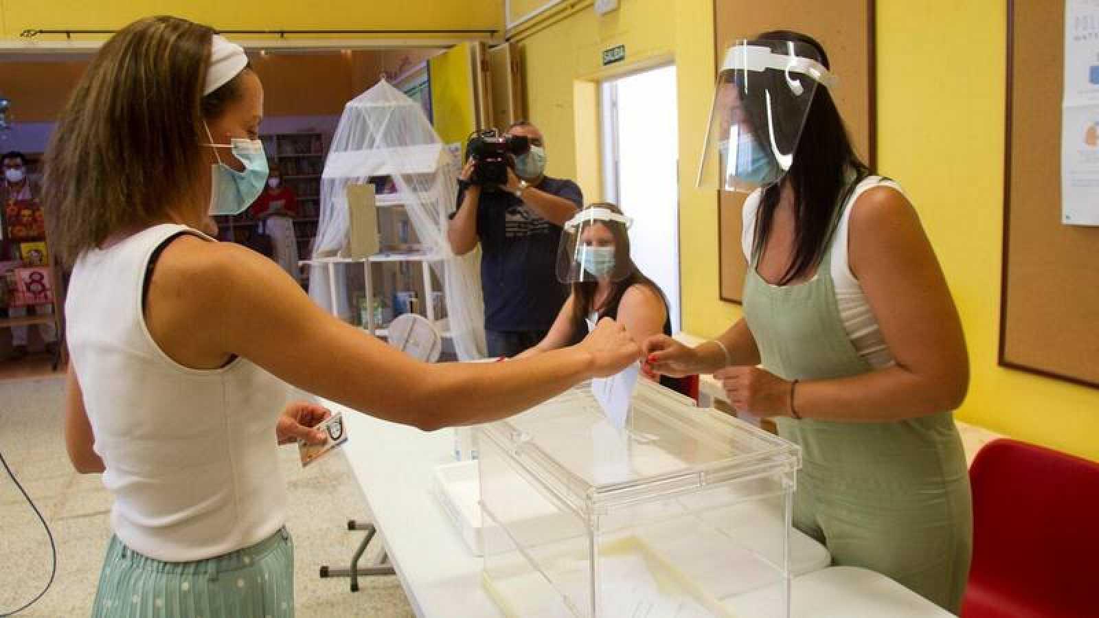 Voluntarias participan en Marín (Pontevedra) en una prueba de las medidas de seguridad sanitaria en los colegios electorales gallegos