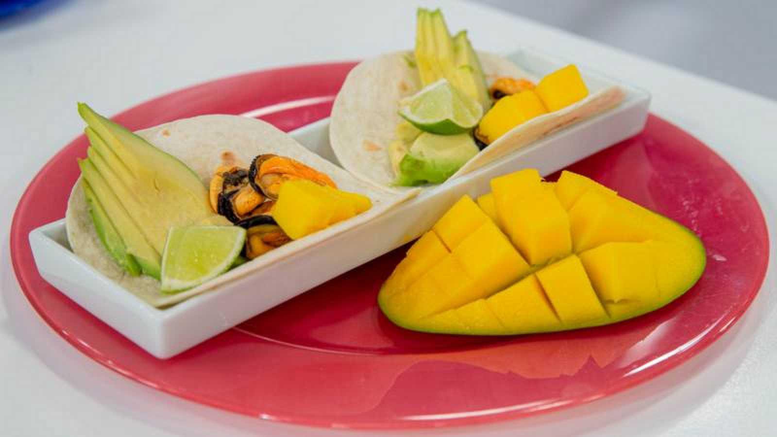 Tacos de mejillones en escabeche, mango, aguacate y lima