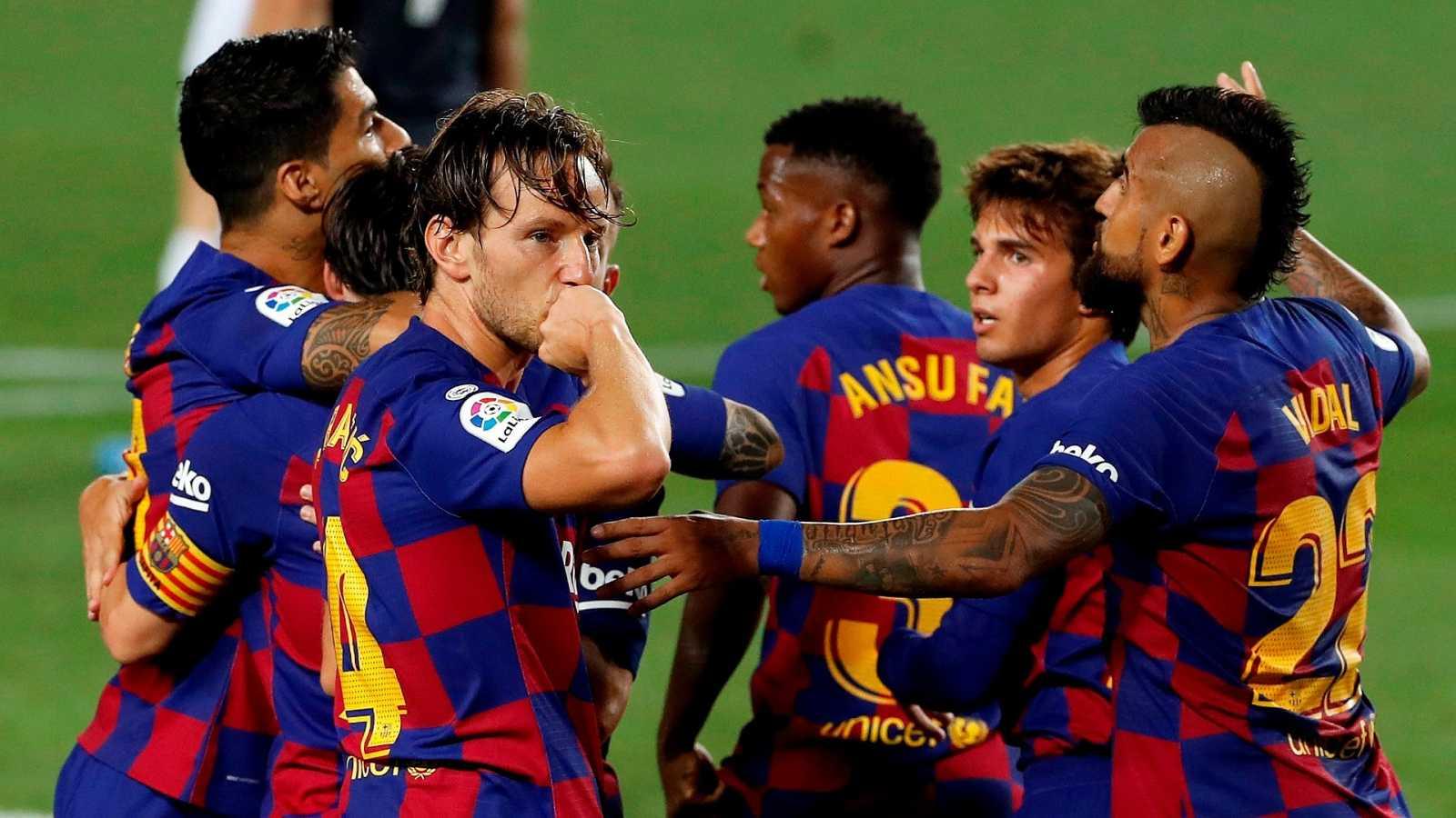 Los jugadores del FC Barcelona celebran el primer gol del equipo blaugrana