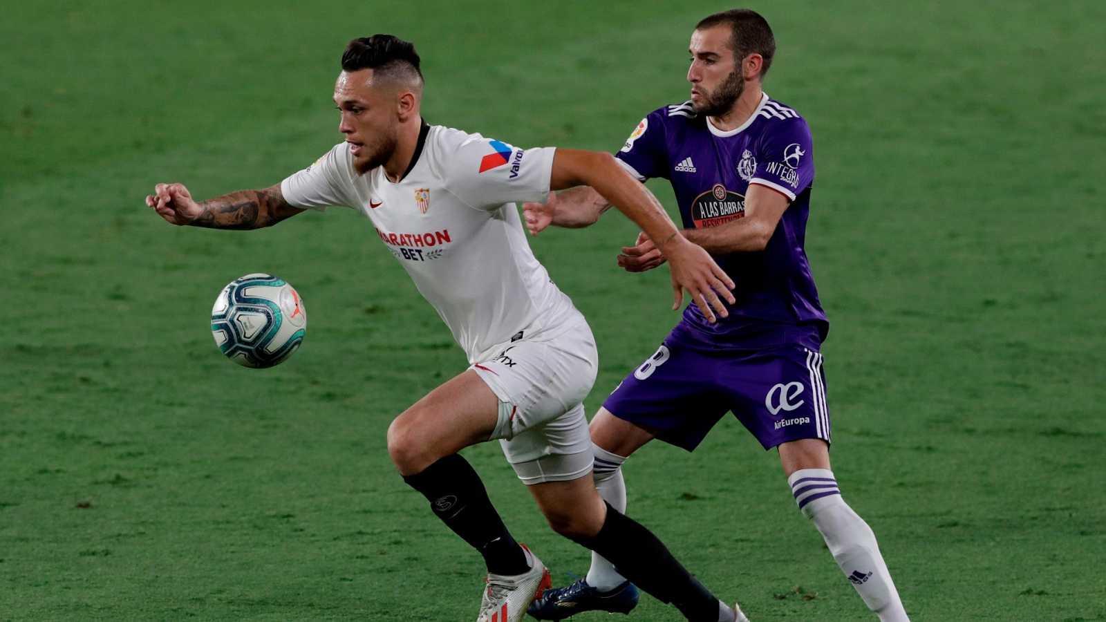 """El delantero argentino del Sevilla FC Lucas Ocampos (i) se escapa de Antonio Jesús Regal """"Antoñito"""", del Real Valladolid"""