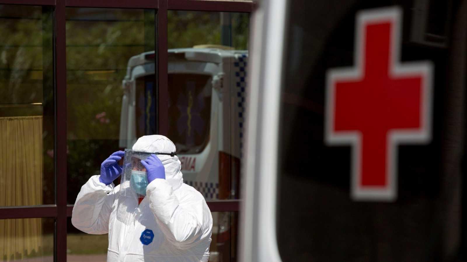 Personal sanitario en un centro de la Cruz Roja de Málaga