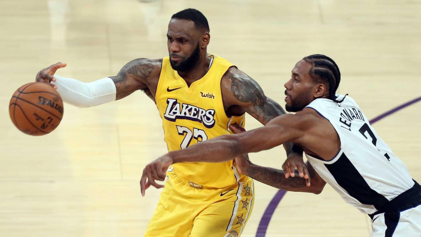 El alero de los Lakers, LeBron James le roba la pelota a Kawhi Leonard