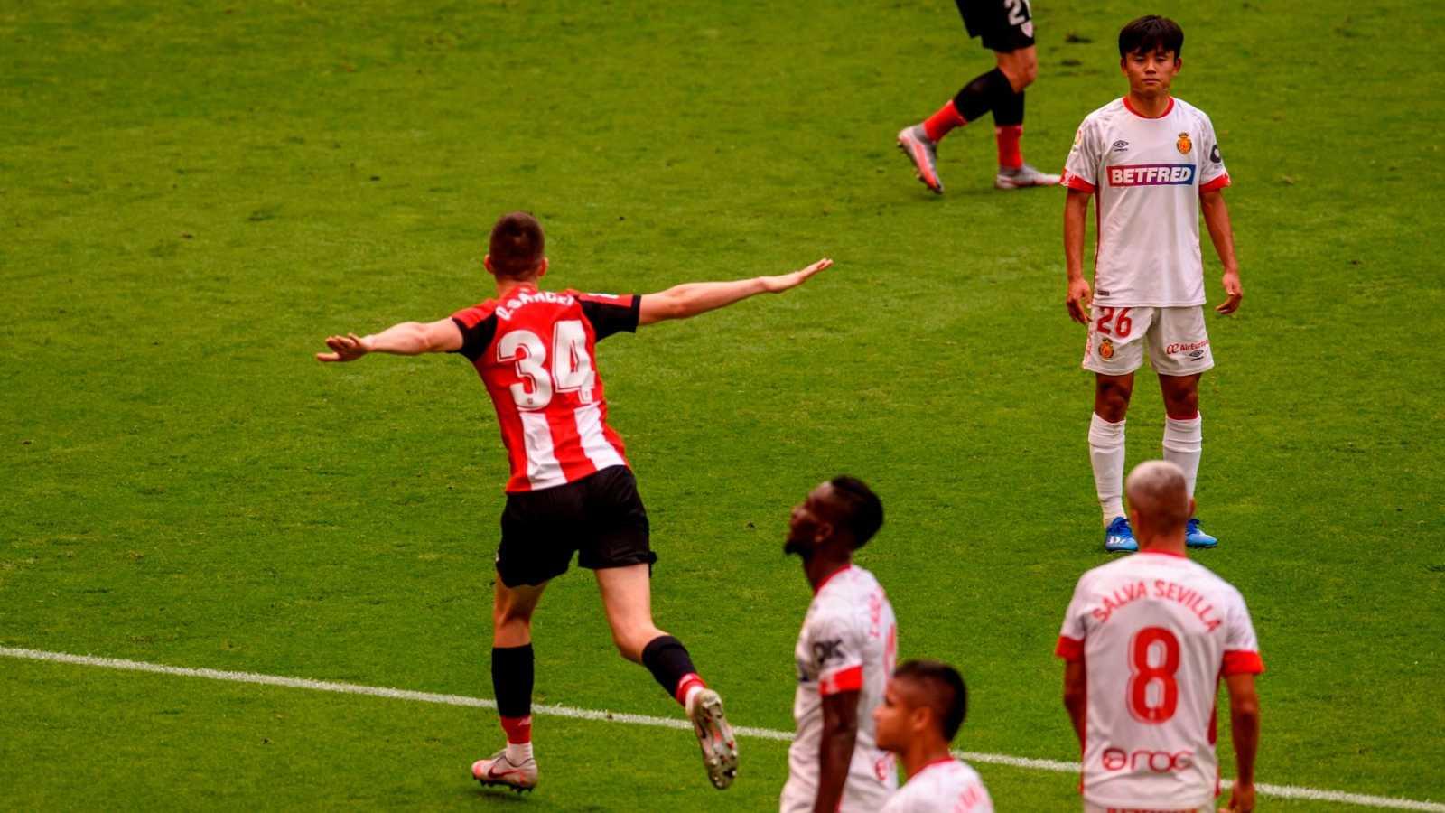 Oihan Sancet (i) celebra un gol ante el Mallorca en el estadio San Mamés en Bilbao