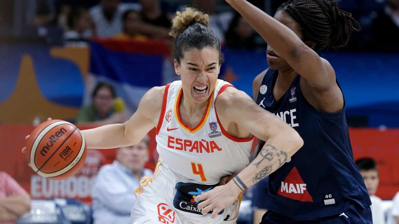 La jugadora Laura Nicholls durante un partido con la selección española de baloncesto