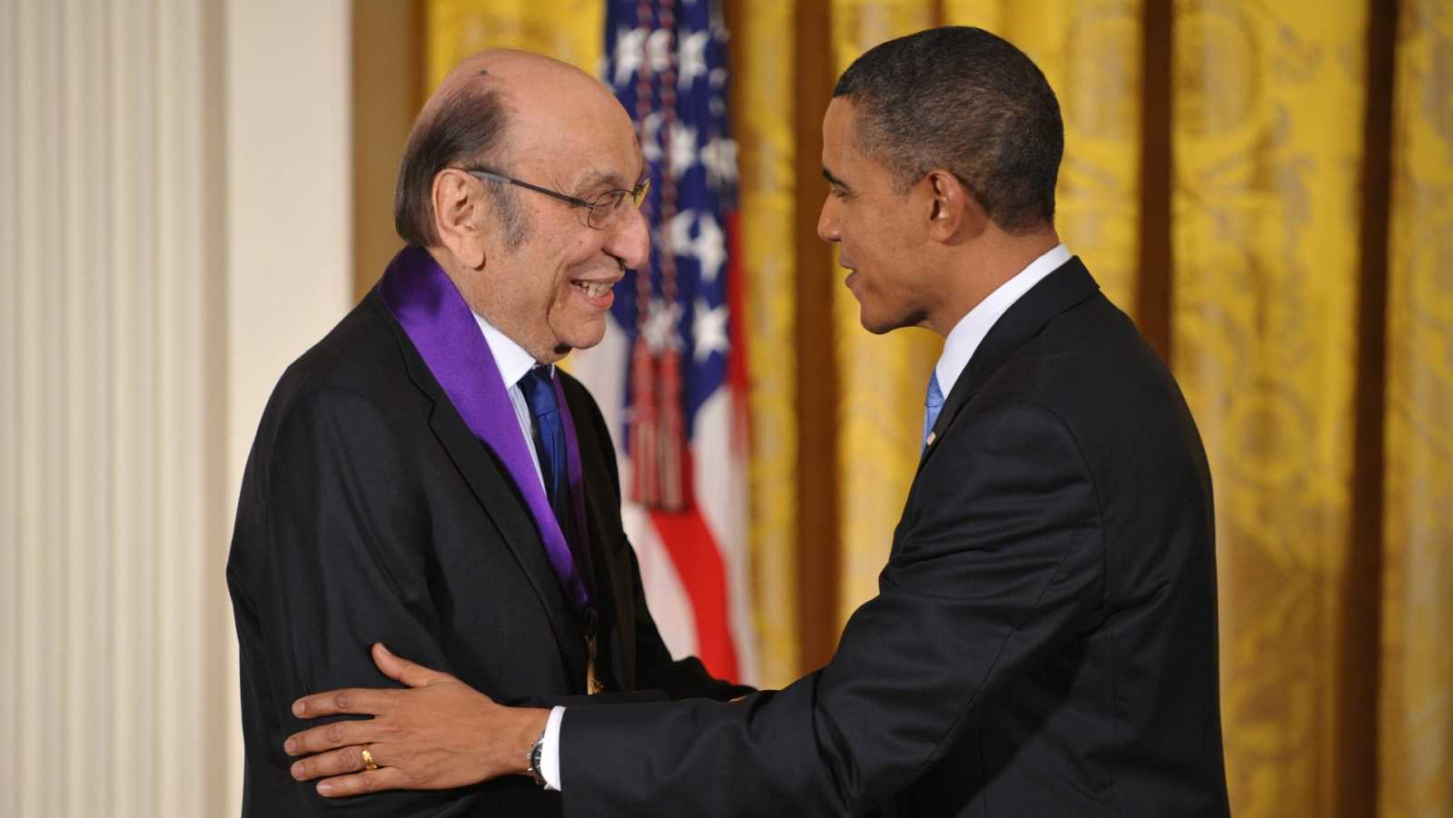 """El diseñador gráfico Milton Glaser, creador del logo """"I love NY"""", es saludado por el presidente de los Estados Unidos, Barack Obama"""