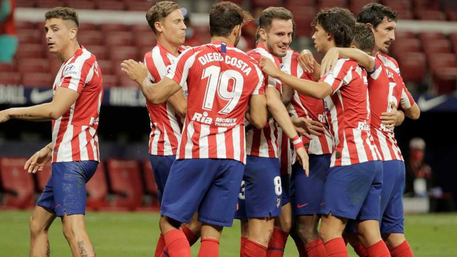 Los jugadores del Atlético celebran el gol de Saúl al Alavés.