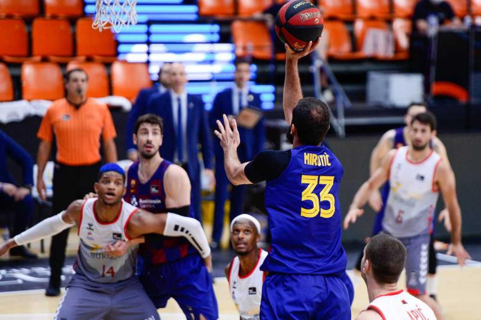 Nikola Mirotic lanza a canasta en la semifinal Barça-Burgos.