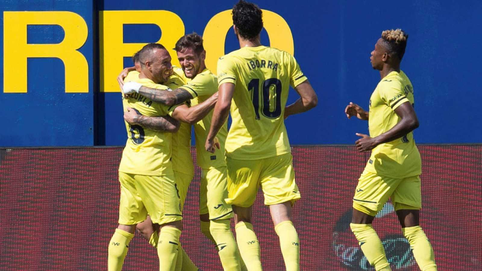 Los jugadores del Villarreal celebran uno de los goles al Valencia.